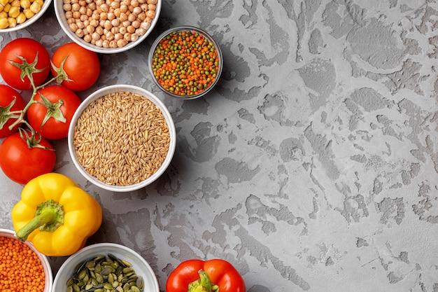 Здоровое питание. овощи и злаки на столе