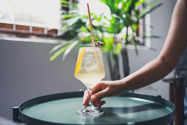 健康的な食事カフェでオレンジジュースのガラスを保持している女性