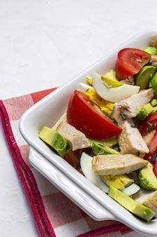 Полезное яйцо, курица, авокадо и салат из помидоров с оливковым маслом