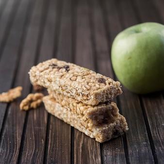 Здоровые энергетические бары и яблоко