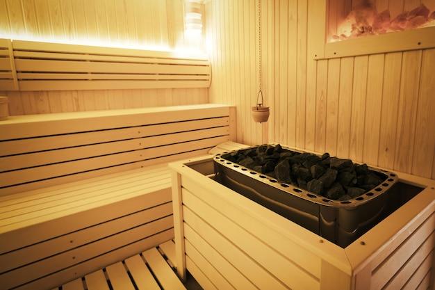 装飾が施された健康的なフィンランド式サウナのインテリア