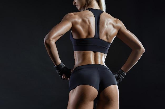 운동복에 건강한 맞는 강한 젊은 여성