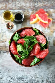 ほうれん草とグレープフルーツの健康的なフィットネスサラダ。