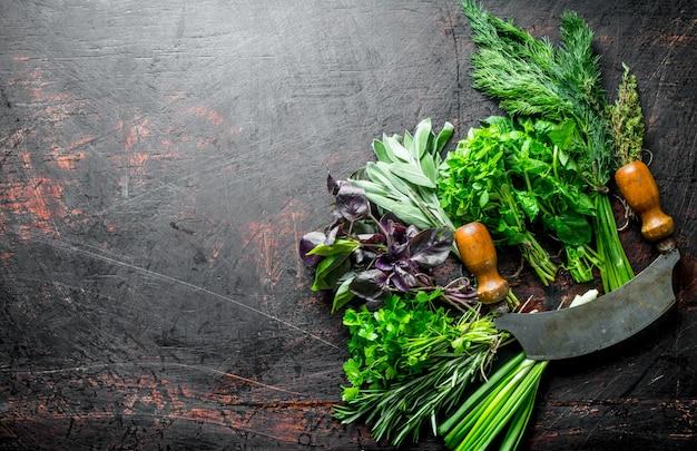 健康食品。さまざまな新鮮なハーブ。暗い素朴な背景に