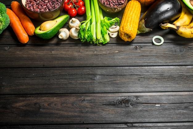 건강한 음식. 다양한 유기농 과일과 채소, 콩과 식물, 시리얼.