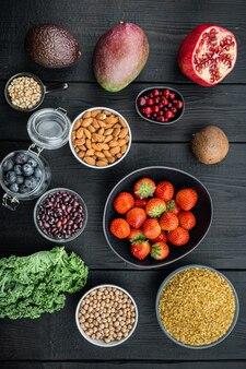 Концепция здорового питания и диеты, вид сверху, на черном деревянном столе