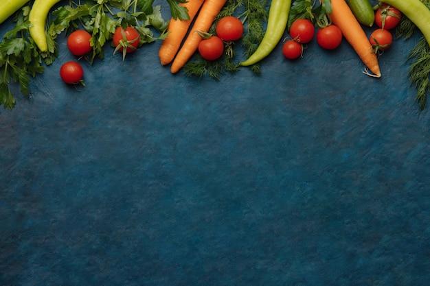 건강 식품 및 다이어트 개념, 진한 파란색 배경에 요리에 대 한 신선한 야채. 평면도.