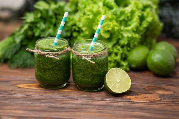 Концепция здорового питания и напитков стакан зеленого сока смузи