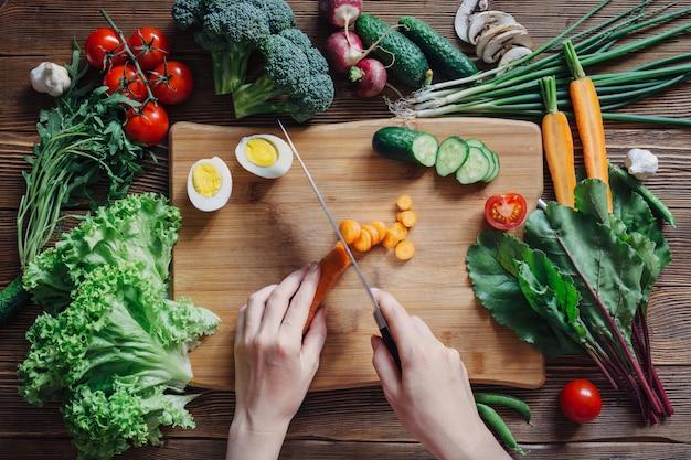 健康食品と素朴な木製の背景の食材
