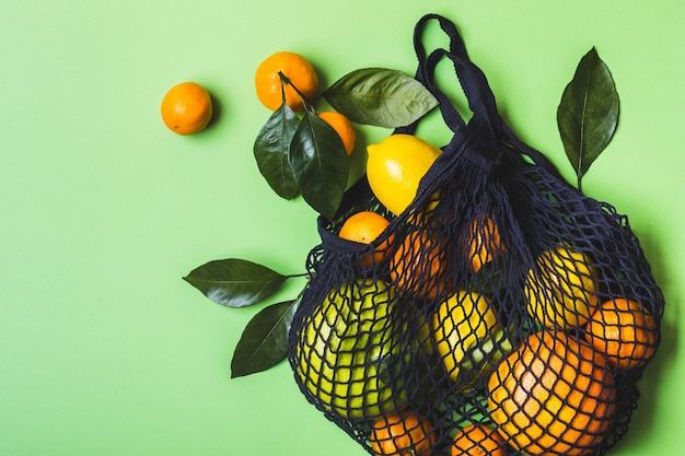 건강에 좋은 음식과 제로 폐기물 개념. 메쉬 섬유 가방에 감귤류 세트.