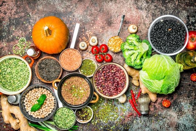 건강한 음식. 콩과 식물과 과일과 야채의 구색. 소박한 표면에.