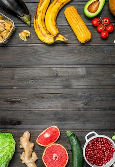 健康食品。有機果物と野菜の品揃え。木製の背景に。
