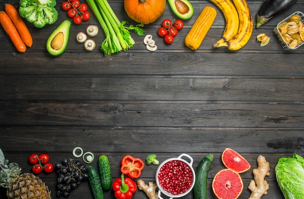 健康食品。木製のテーブルの上の有機果物と野菜の品揃え。
