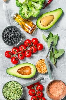 健康食品。マメ科植物と有機野菜や果物の品揃え。素朴に。