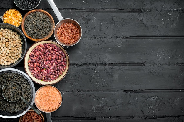 건강한 음식. 콩과 식물의 분류. 검은 소박한 배경.