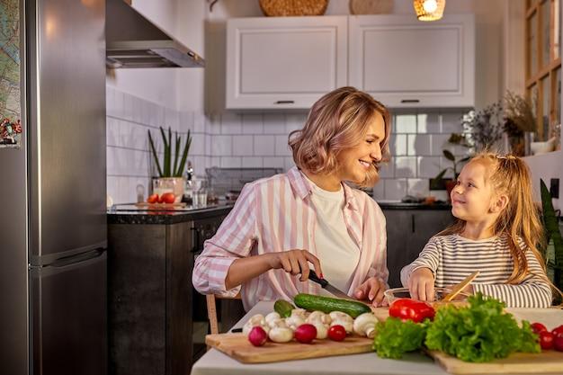 家庭での健康食品。キッチンで幸せな白人家族