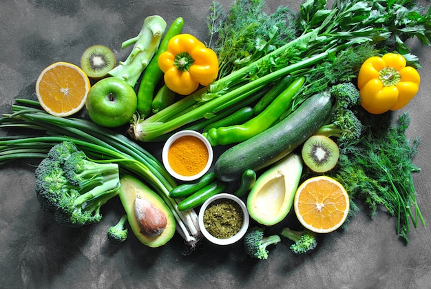 健康食品の背景。健康食品、新鮮な野菜、スパイス、フルーツのコンセプトです。暗い背景の木にコピースペース
