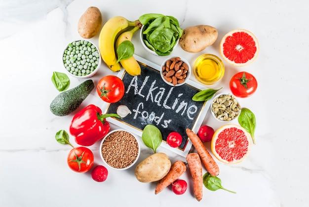 健康食品の背景、トレンディなアルカリダイエット製品-果物、野菜、穀物、ナッツ。オイル、白い大理石の背景トップビューコピースペース