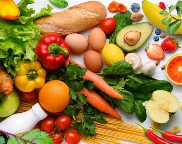 健康食品の背景。さまざまな果物や野菜の背景..コピースペース。スーパーマーケットでの買い物