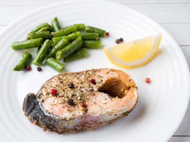 건강에 좋은 음식. 접시에 레몬 조각으로 구운 붉은 생선, 핑크 연어, 연어, 녹두