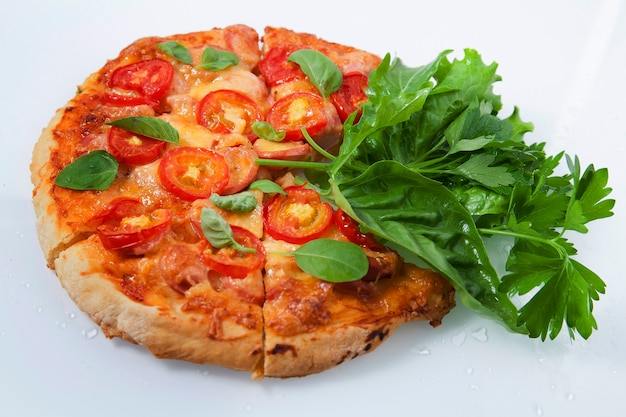 건강한 음식 균형 개념, 토마토와 치즈를 곁들인 피자, 녹색 채소 일부
