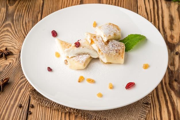 Здоровая еда, красивая и вкусная еда на тарелке, на деревянном столе