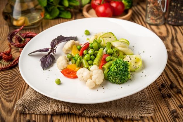 健康食品皿の上、木製のテーブルの上で美しくておいしい食べ物