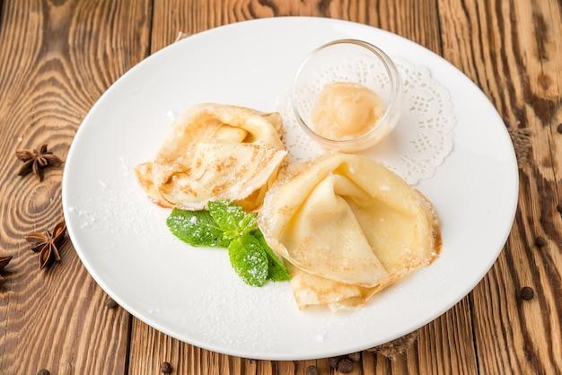 나무 테이블에 접시에 건강에 좋은 음식 아름답고 맛있는 음식