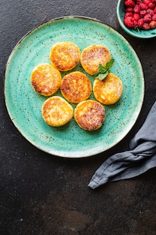 ヘルシーフードチーズケーキスイートカード朝食シルニキデザートカッテージチーズパンケーキ Premium写真
