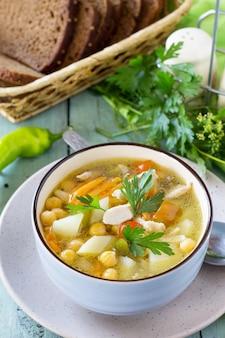 木製テーブルダイエットメニューの健康食品鶏肉とひよこ豆のスープ
