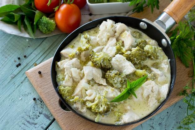 Здоровое питание куриное рагу с брокколи и сметаной на деревянном столе диетическое меню