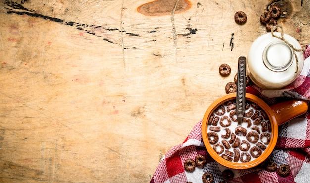 건강한 음식. 우유와 초콜릿 시리얼. 나무 테이블에.