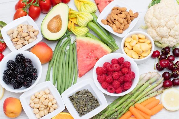 건강한 음식. 나무 배경에 색깔과 다양한 야채와 과일