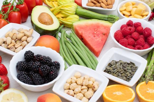 건강한 음식. 색깔과 다양한 야채와 과일 나무에 프리미엄 사진