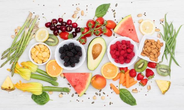 건강한 음식. 색깔과 다양한 야채와 과일 나무에