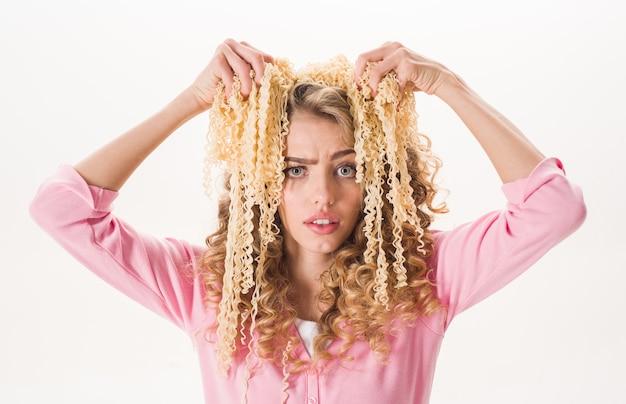スパゲッティセクシーな女性と健康的な食品の概念ダイエット健康的な有機食品の飢餓食欲レシピの女の子