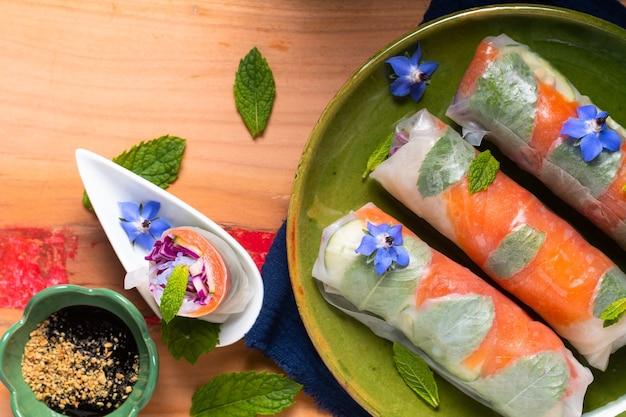 건강한 음식 개념 신선한 훈제 연어 라이스 페이퍼 스프링롤, 복사 공간이 있는 다채로운 야채