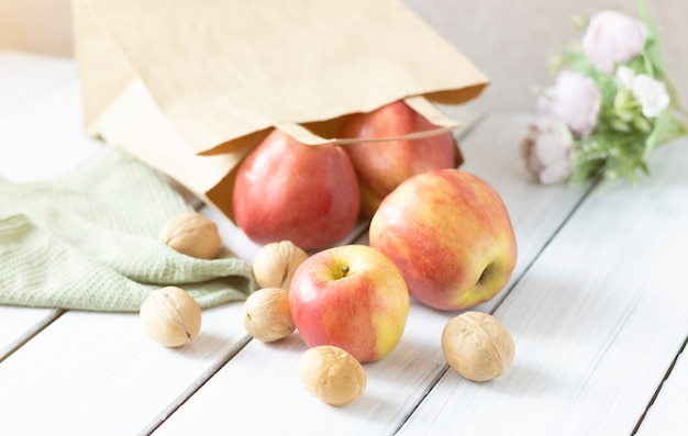 Концепция здорового питания. полный бакалея бумажный мешок - фрукты и овощи на белом фоне таблицы. вид сверху. плоская планировка. копировать пространство