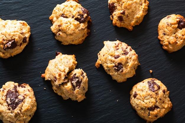 Концепция здорового питания homemade trail mix органическая цельные зерна энергетические и шоколадные печенья