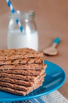 Концепция здорового питания завтрака с хрустящими хлебцами и молоком
