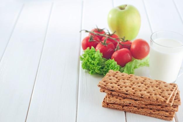 Концепция здорового питания на завтрак с хрустящими хлебцами