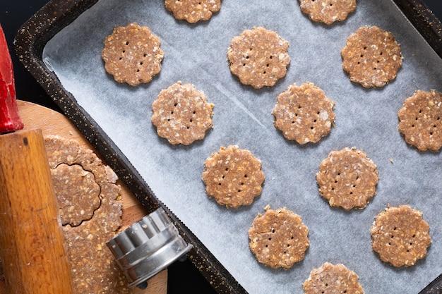 Концепция здорового питания сырое тесто домашнее органическое пищеварительное овсяное и пшеничное отруби печенье с копией пространства