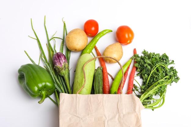 Концепция здорового питания. сбор овощей изолирован