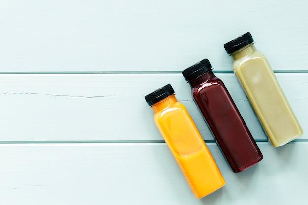 Concetto di cibo sano con succhi e copyspace