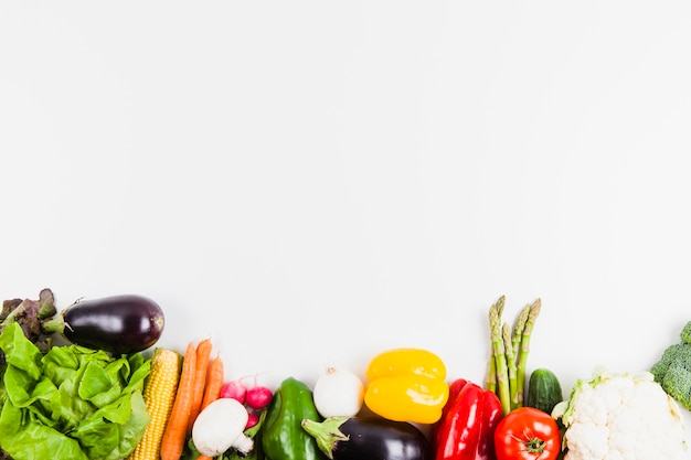 Концепция здорового питания с овощами и пространством сверху