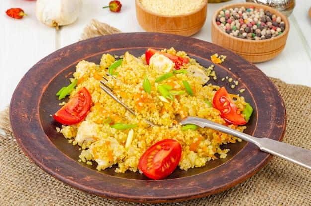Здоровая пища. кускус с курицей и овощами. студийное фото
