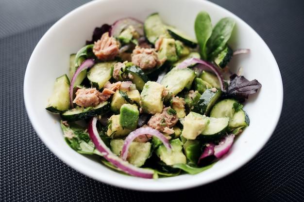 Здоровая пища. салат из огурца, тунца, авокадо.