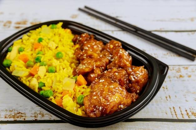 건강한 음식을 배달하거나 플라스틱 용기에 점심을 가져 가십시오. 확대.