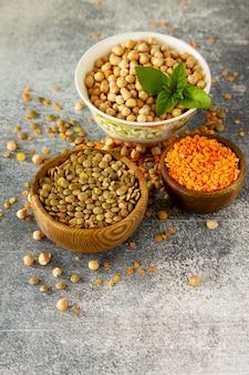 健康食品ダイエットのコンセプトビーガンタンパク質源マメ科植物の生ひよこ豆赤レンズ豆