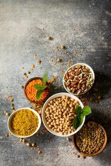 健康食品ダイエット栄養コンセプトビーガンタンパク質源マメ科植物の生上面図フラットレイ